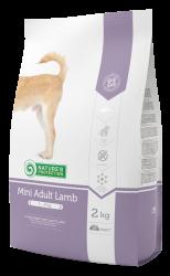 Nature's Protection小型羊肉成犬糧(腸胃敏感配方)  – 含有 MircoZeoGen 有助排出身體毒素、調節腸道健康、增強自身免疫力 – 奧米加6 和 3脂肪酸、使動物的皮膚和毛髮更健康 – 優質羊肉配方、容易消化、減低對腸胃敏感的不適 – 提供均衡營養及有效控制血糖水平 – 控制餐後血糖水平 – 礦物質有助於清潔牙齒、保持牙齦健康及口氣清新  MicroZeoGen 是一種全天然的火山礦物。 MicroZeoGen 是採用先進動態激活技術,把 ceolite 轉換成微米活性粒子。MicroZeoGen 的分子結構充滿了微米孔,所以亦稱為分子篩,能吸附有毒物質、致癌游離基、重金屬、銨、有機磷酸酯、放射性物質和致病細菌,把它們排出體外。這種獨特的礦物質多年已被廣泛地應用於藥物和食物中,讓產品能在身體中更有效發揮作用。  MicroZeoGen 科學證實的功效: – 促進身體排出有毒物質、重金屬、氨、有機磷酸酯和放射性物質 – 調節消化系統、令腸道健康 – 增強免疫系統功能 – 具有抗氧化作用 – 促進骨骼增生、幫助修復受損的組織 – 有助毛髮更光澤柔順  成份:  羊肉(18%),玉米,大米,動物脂肪,亞麻子,糖甜菜漿,魚肉,動態微粉斜發沸石(MicroZeoGen 1%),菊苣提取物,甘露寡糖(MOS),絲蘭提取物,萬壽菊餐。  營養成份:  維生素A,維生素D3,維生素E,鐵,碘,銅,錳,鋅,硒,L-肉鹼。迷迭香提取物,天然來源的維生素E豐富的提取物。  分析:  蛋白質 – 24%,原油和脂肪 – 13%,灰分 – 7%,纖維 – 2.5%,鈣 – 1,2%,磷 – 1%,鉀 – 0.5%,鈉 – 0.4%奧米加3-0,204%,奧米加6 – 2.05%。